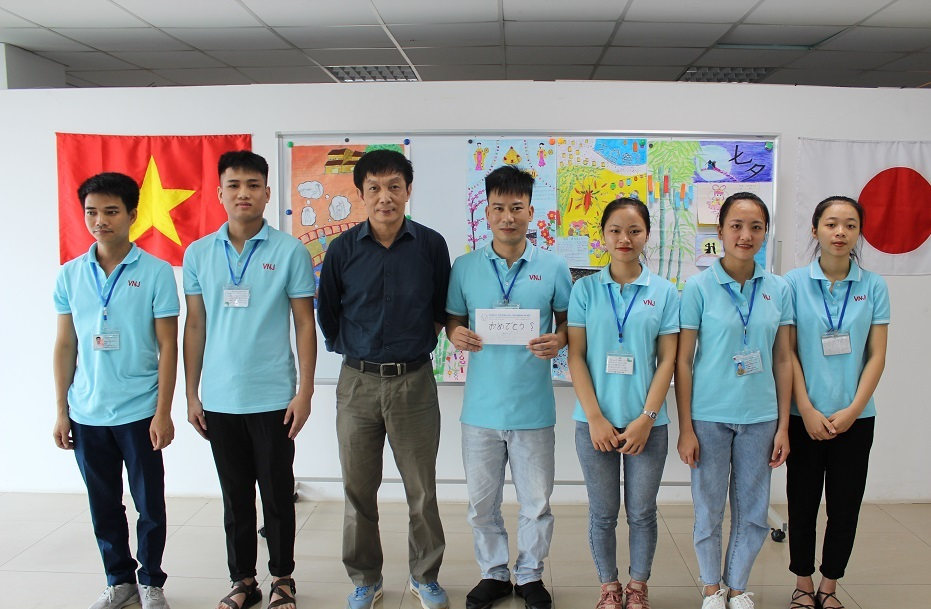 Cuộc thi báo tường của Thực tập sinh tháng 07